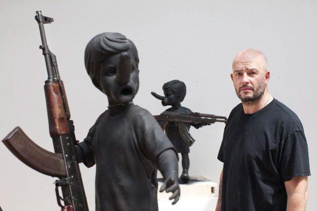 Hirst & Chapman personalizzano un AK-47 per asta benefica