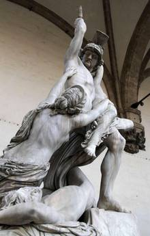 Firenze – Danneggiata la statua 'Il ratto di Polissena' in piazza Signoria