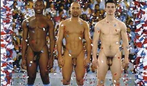 Nudi al museo. Sono tre calciatori