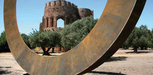 Installazione di Mauro Staccioli al Parco Internazionale della Scultura