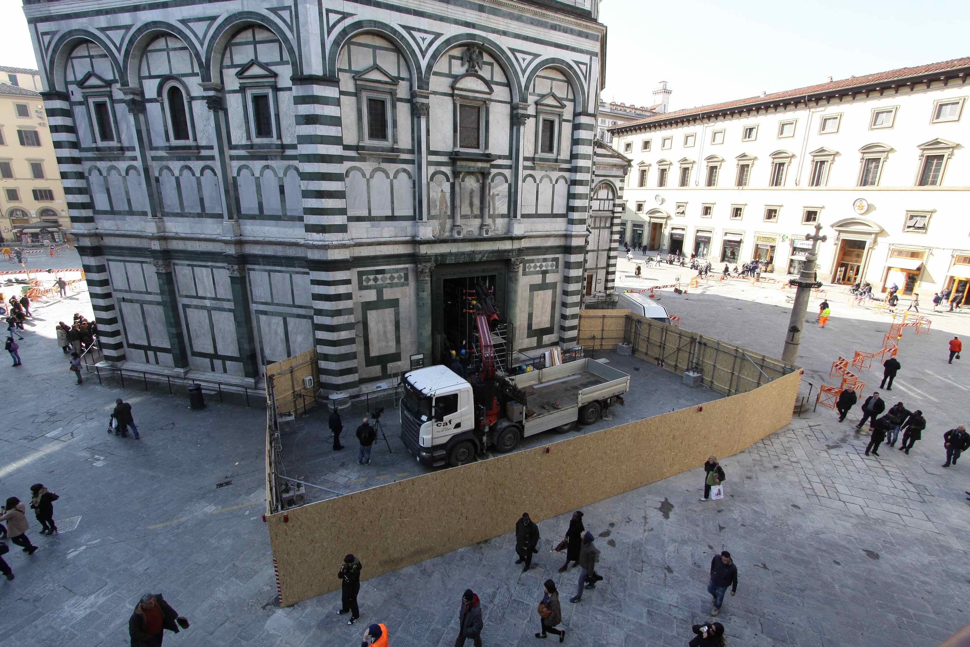 Al via lo smontaggio della Porta Nord del Battistero di Firenze