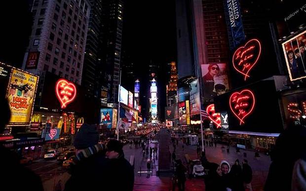Tracey Emin illumina Times Square