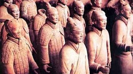 L'esercito in terracotta cinese marcia verso una mostra