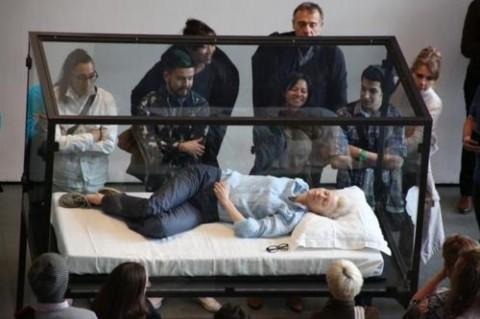 Che ci fa l'attrice Tilda Swinton dentro una teca al MoMA?