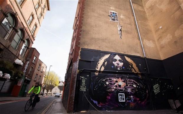 """Lo street artist Philth """"invade"""" un murale di Bansky"""