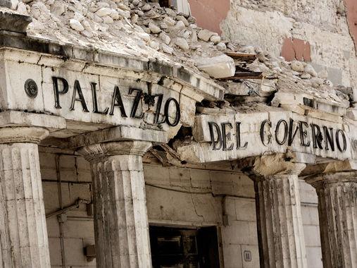 """Il Palazzo del Governo a L'Aquila (Copertina di """"Un patrimonio senza"""")"""