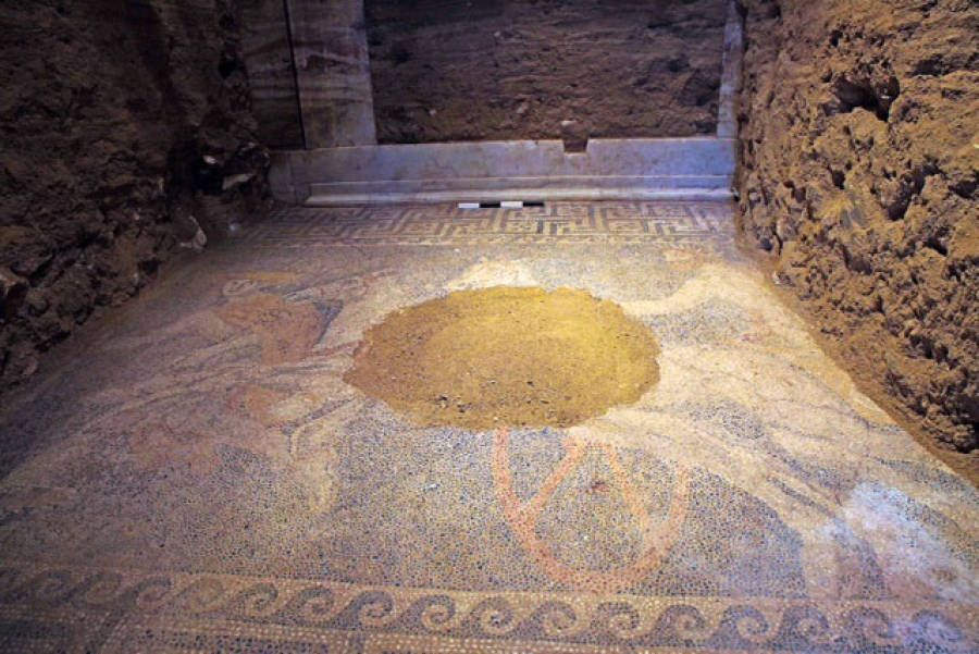 Il pavimento musivo scoperto nella tomba di Amphipolis.