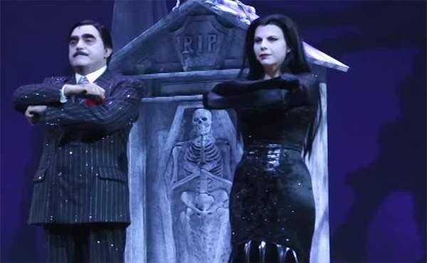 Elio e Geppi Cucciari nel musical La Famiglia Addams