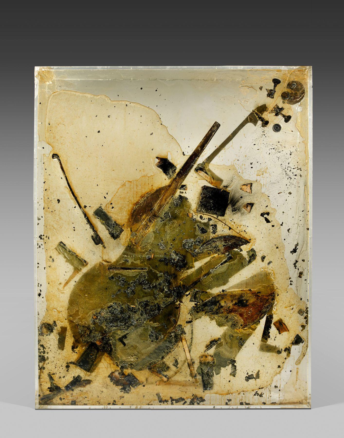 Arman, Sans titre (Colère de contrebasse), 1971, combustion de contrebasse brisée dans résine polyester et plexiglas, 200 x 160 x 22 cm, adjugé frais inclus 174 200 € / 187 557 $ (estimation : 150 000 – 250 000 €).
