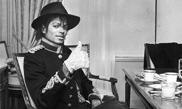 Un raro guanto bianco di Michael Jackson all'asta per $20.000