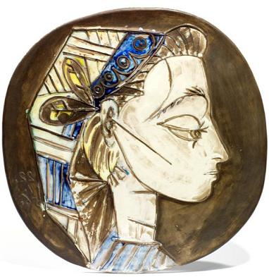 """PABLO PICASSO (1881-1973) PORTRAIT DE JACQUELINE Exemplaire unique en terre de faïence blanche. Décor à l'engobe et émail sous couverte partielle au pinceau, patine noire, vert, blanc, bleue et jaune. Inscrit """"Madoura empreinte originale, Picasso"""". Diamètre : 42 cm Estimation : 20 000/30 000 € Vendu: 183 000 €*"""