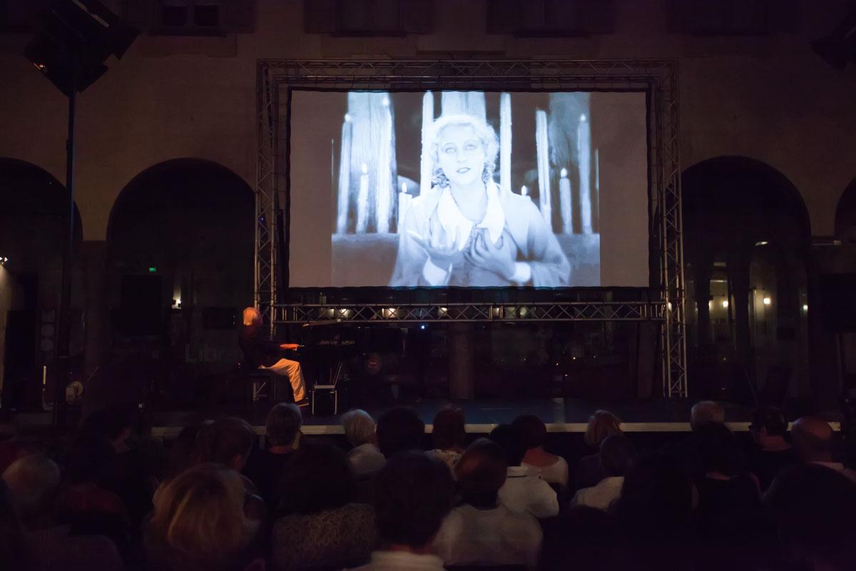 """Cinema """"musicato"""" al Chiostro"""
