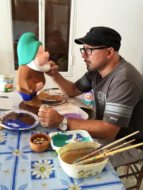 Giuseppe Veneziano in studio a Riesi dipinge uno dei nanetti dell'installazione