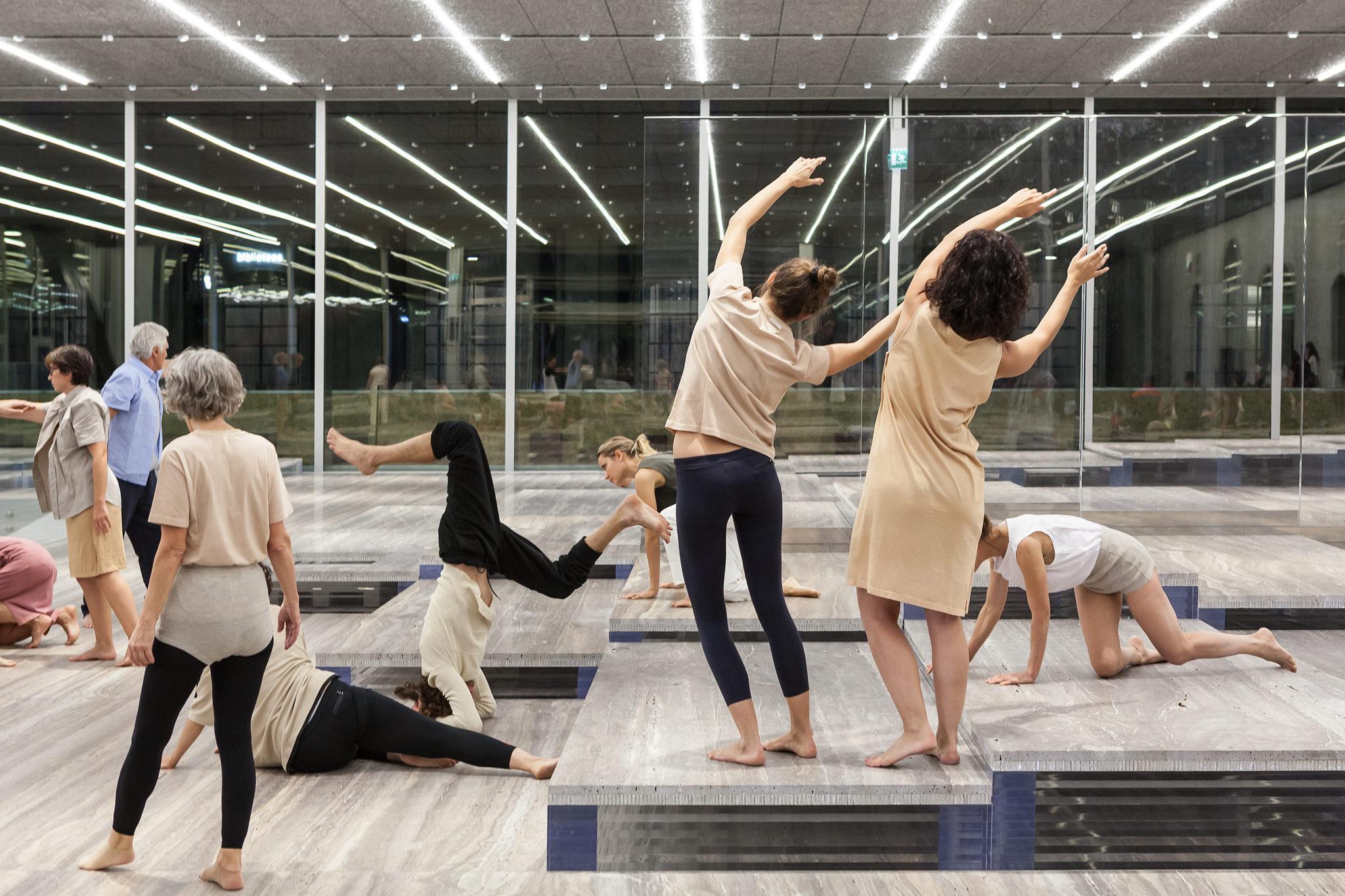 Atlante del gesto alla Fondazione Prada. Quando le statue prendono vita