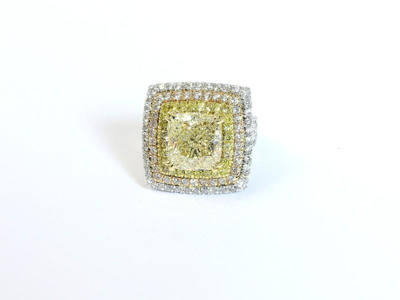 Anello in oro giallo, oro bianco e diamante paglierino - diamante taglio a cuscino ct 5,50 circa, diamanti taglio a brillante incolori e gialli ct 2,50 circa, gr 14,5 Valutazione: 28.000,00 / 30.000,00 €