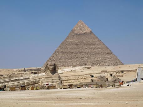 Egitto, spari contro bus di turisti a Il Cairo, nella zona delle piramidi