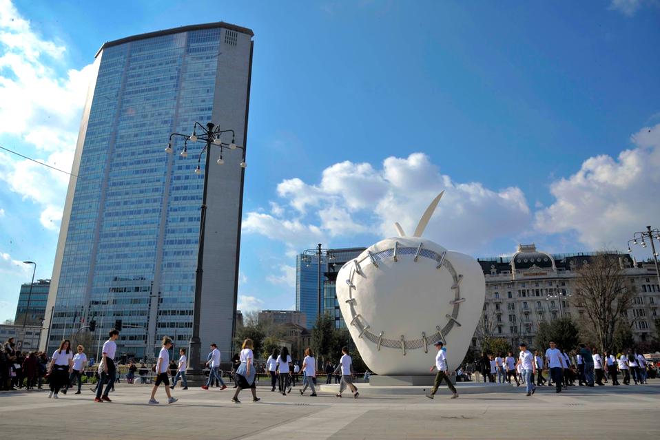 La Mela di Pistoletto arriva in piazza Duca D'Aosta a Milano