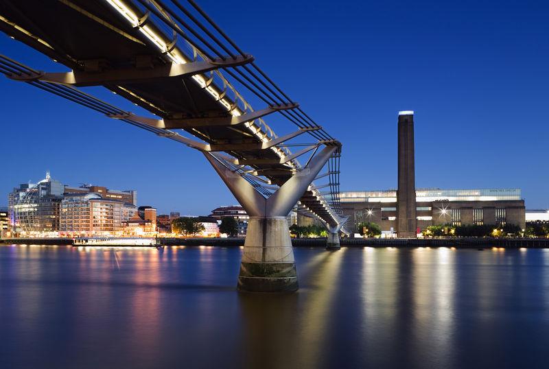 Tate Modern in background, Millennium Bridge, London, England, Vereinigtes Königreich