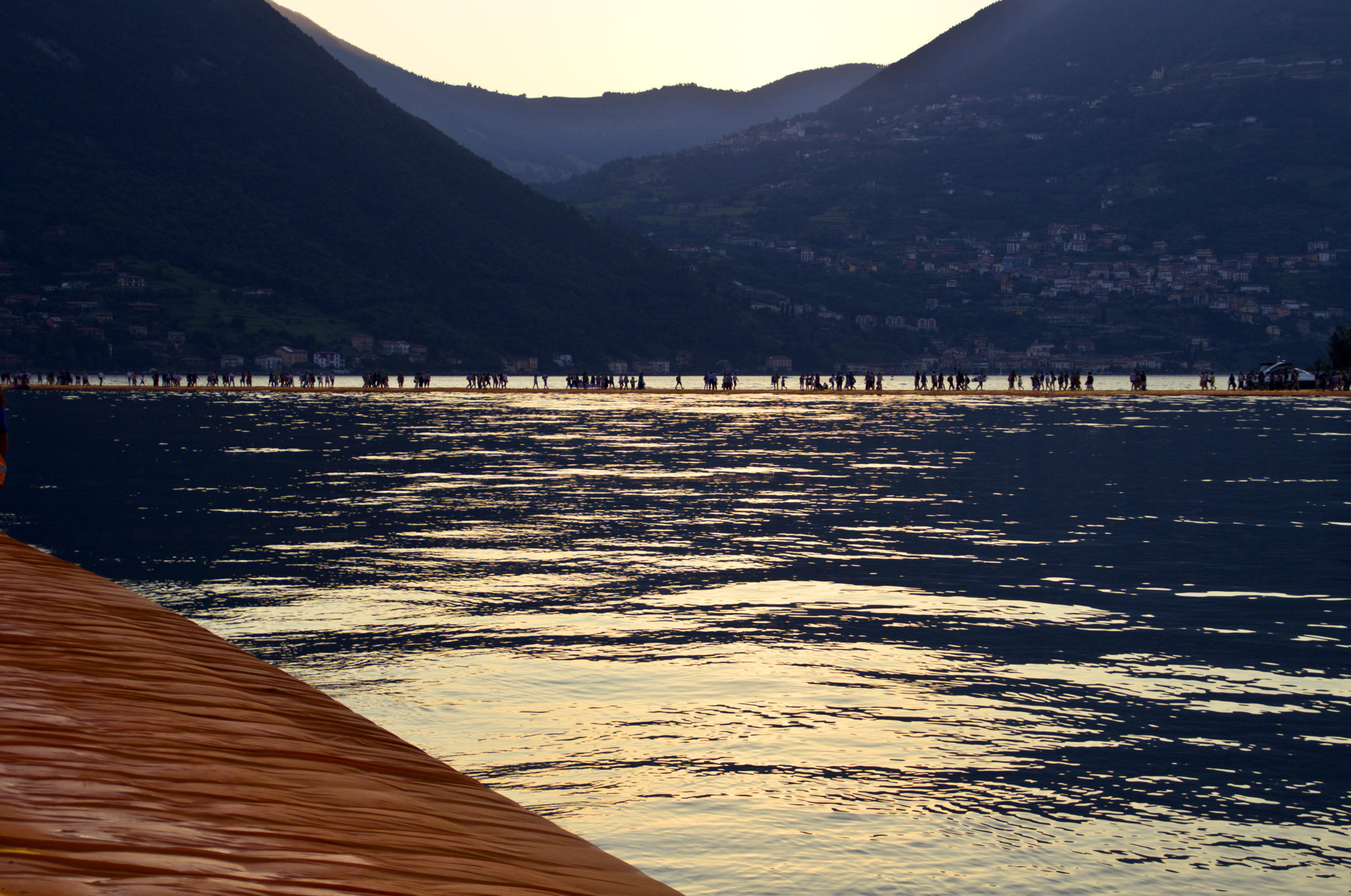 A spasso per The Floating Piers. Le foto del cammino arancio di Christo