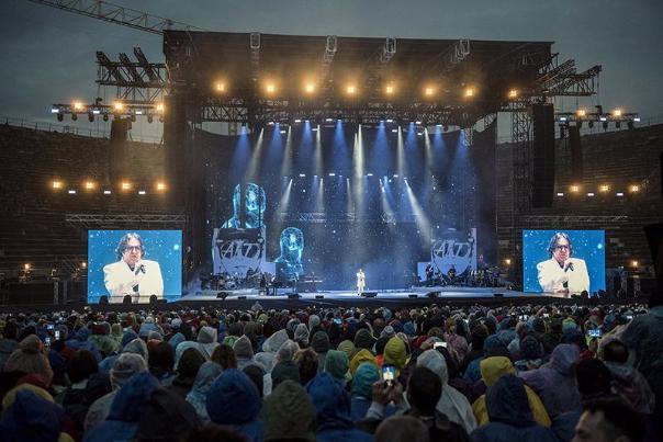 Renato Zero all'Arena di Verona. L'artista-predicatore canta un Paese tradito