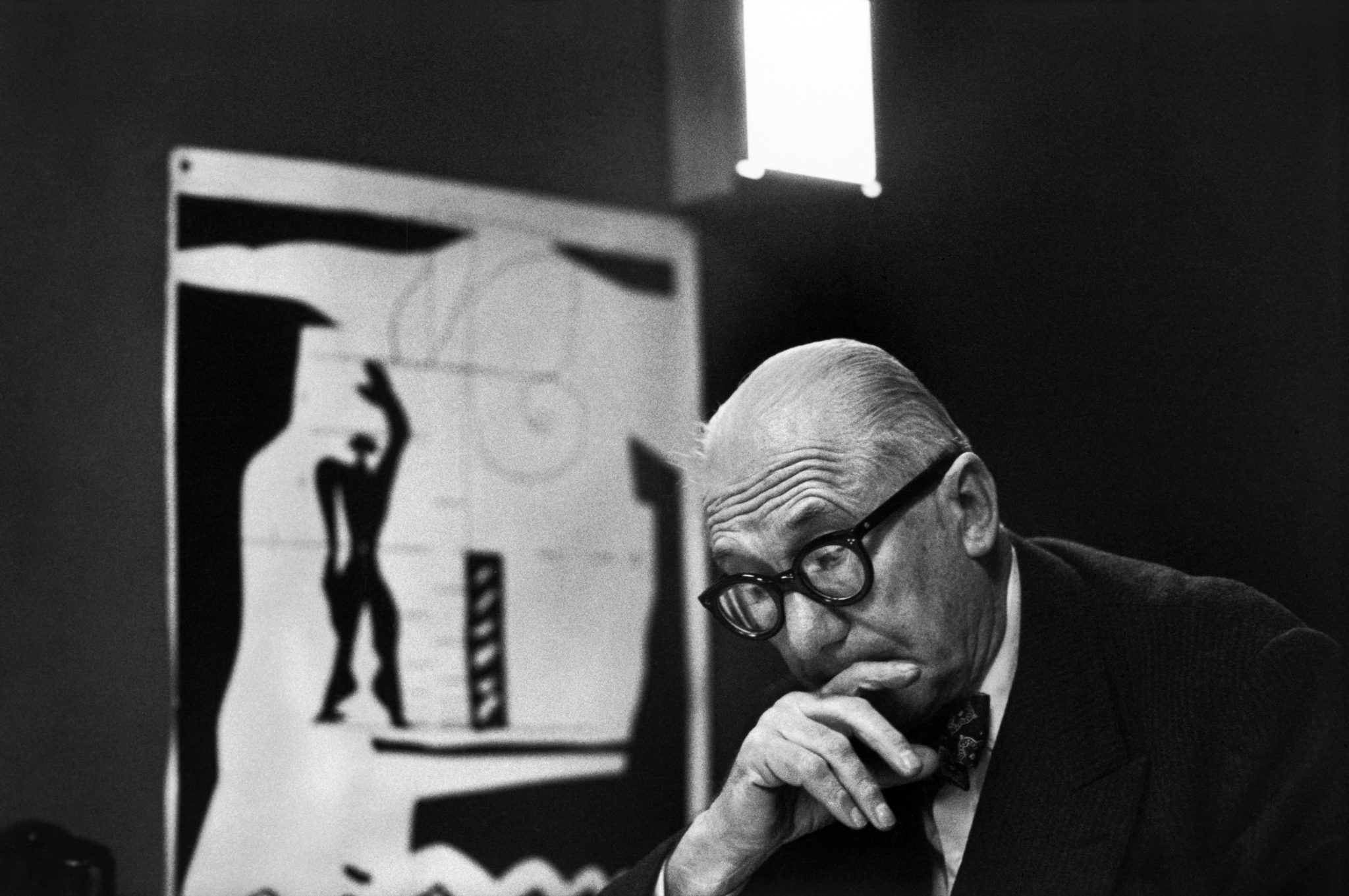 "René Burri, Le Corbusier and his ""Modulor"" in his office, 35 rue de Sèvres. Paris, France, 1959 © René Burri / Magnum Photos"