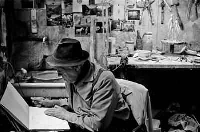 Diego Giacometti fotografato nel suo atelier parigino nel 1982 da Frédéric Brollo.