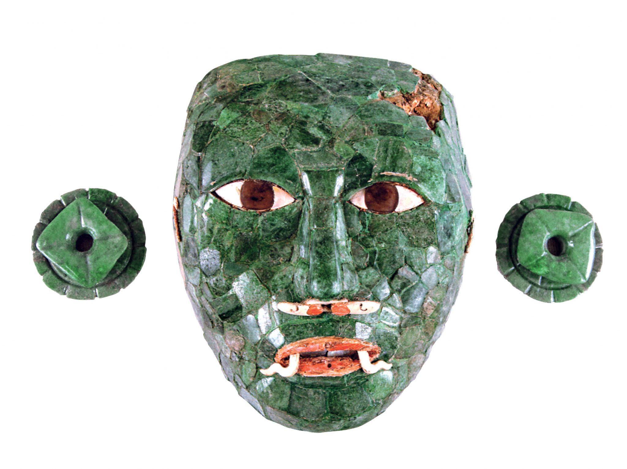 Maschera funeraria con ornamenti per le orecchie Calakmul, Campeche Periodo Classico Tardo (600 – 900 d.C.) Giada, ossidiana e conchiglia (Pinctada mazatlánica e Spondylus princeps) INAH. Museo Arqueológico de Campeche, Fuerte de San Miguel. San Francisco de Campeche, Campeche