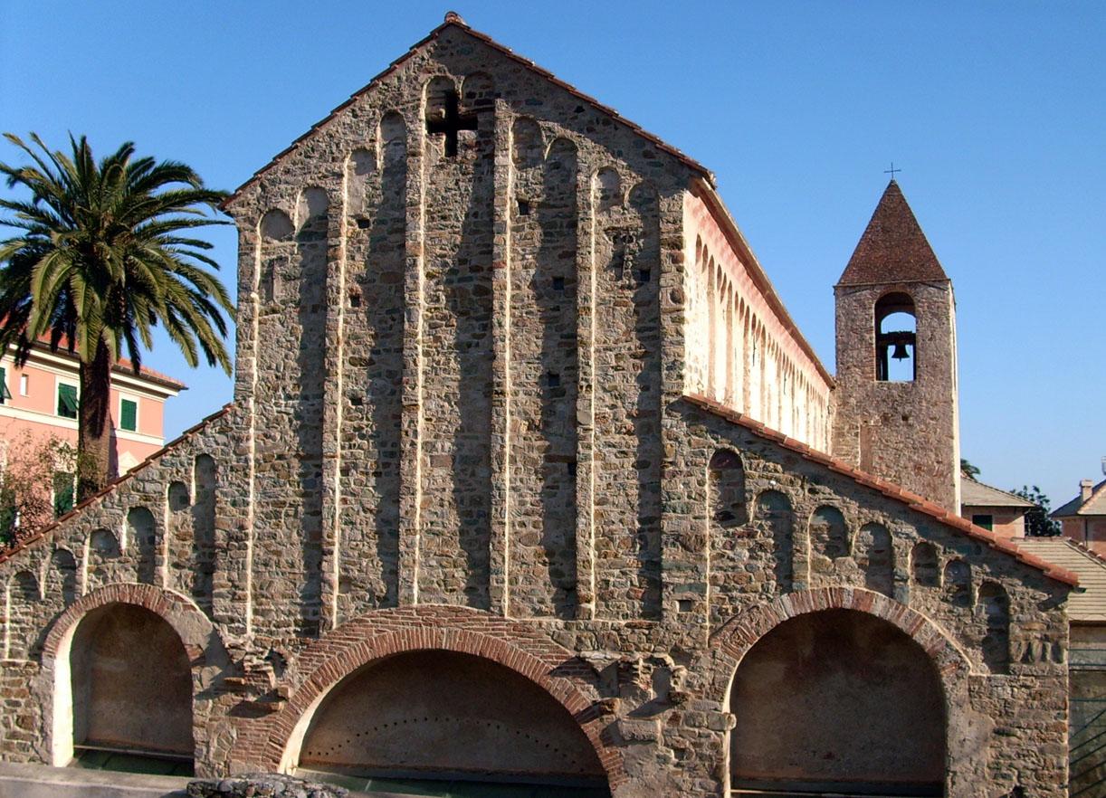3. Noli (SV) - Chiesa di San Paragorio, facciata e lato meridionale [foto www.wikipedia.org]