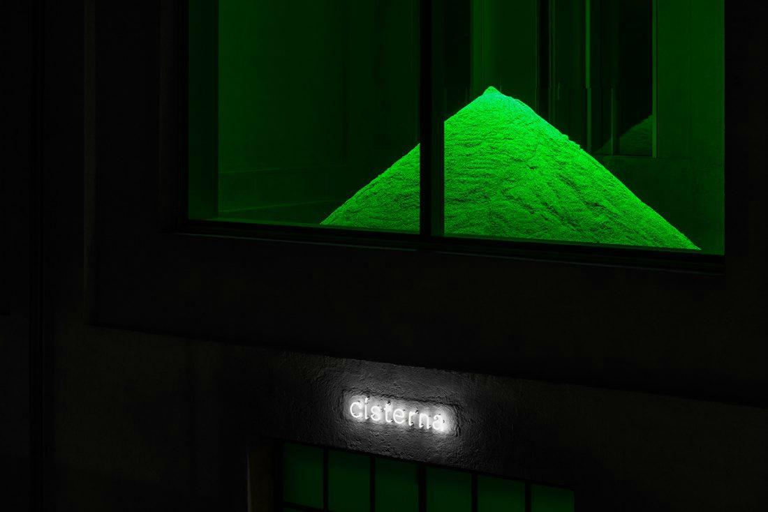 Fondazione Prada. Lettiere fluorescenti ed esperimenti da secchioni