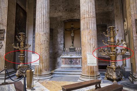 Donna danneggia candelabri antichi al Pantheon di Roma