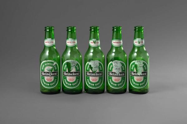 Tracey Emin (1963) & Sarah Lucas (1962) Cinq Bouteilles de bière Heineken, 1993 Bottiglie di birra 8,5 x 5,5 cm Firmato e datato dalle artiste Provenienza Analix forever, Ginevra Collezione privata Stima: € 4.000 - 6.000 Venduto: € 3.000 Finarte