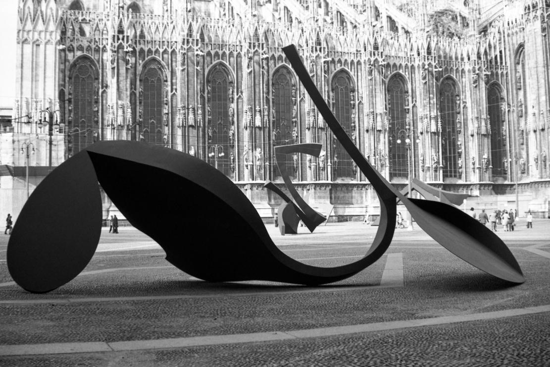 Continuità e Gesto per la libertà esposte in Piazzetta Reale a Milano nel 1974 (fotografia di Enrico Cattaneo)