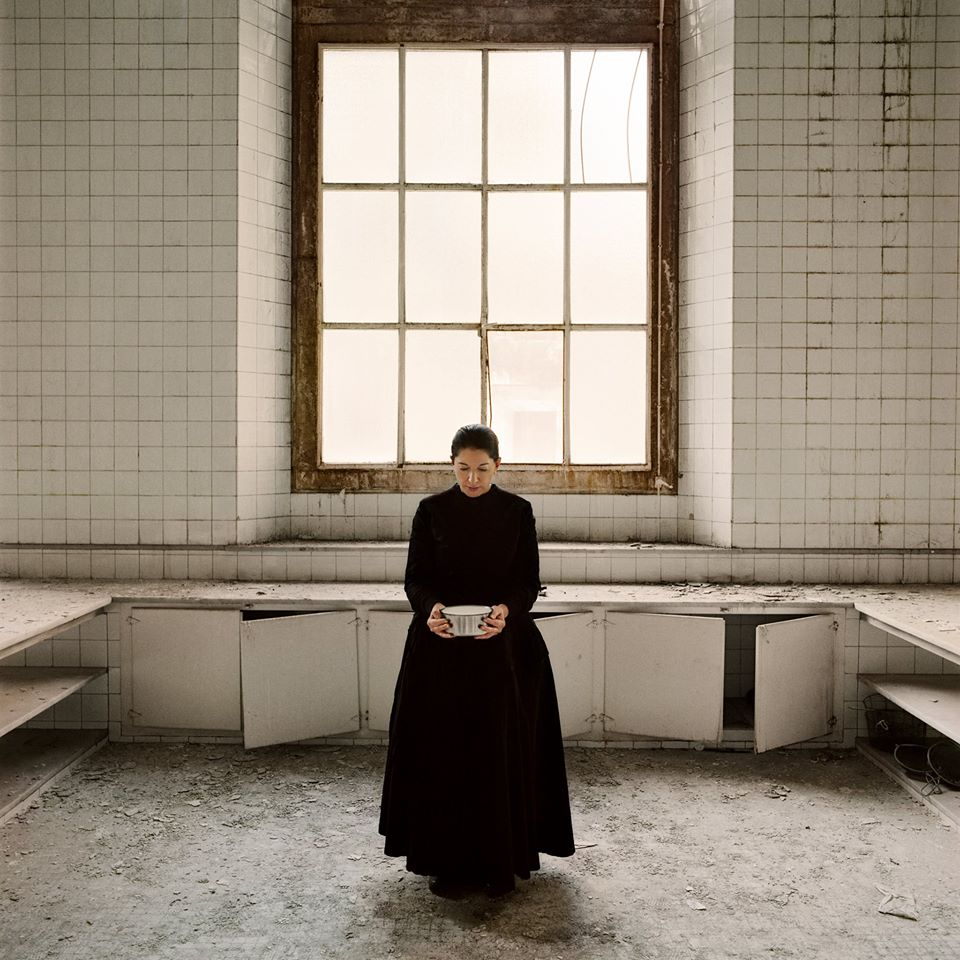 'Holding the milk' di Marina Abramovic: video installazione (e brindisi) da Ceretto