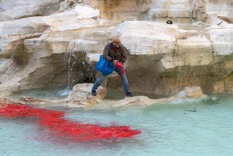 Cecchini si ripete: Fontana di Trevi colorata di rosso dieci anni dopo