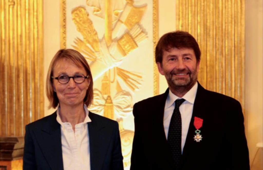 Il ministro dei beni culturali Dario Franceschini riceve l'onorificenza dalla collega francese Françoise Nyssen