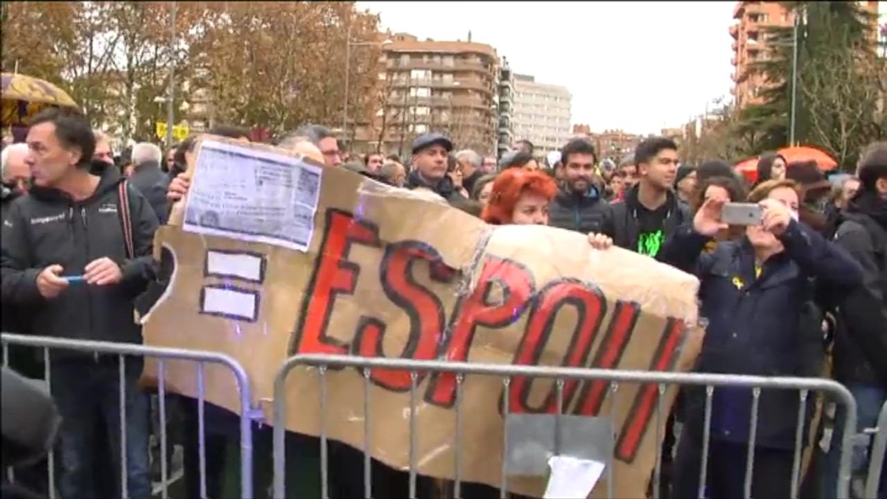 manifestanti davanti al museo di Lerida