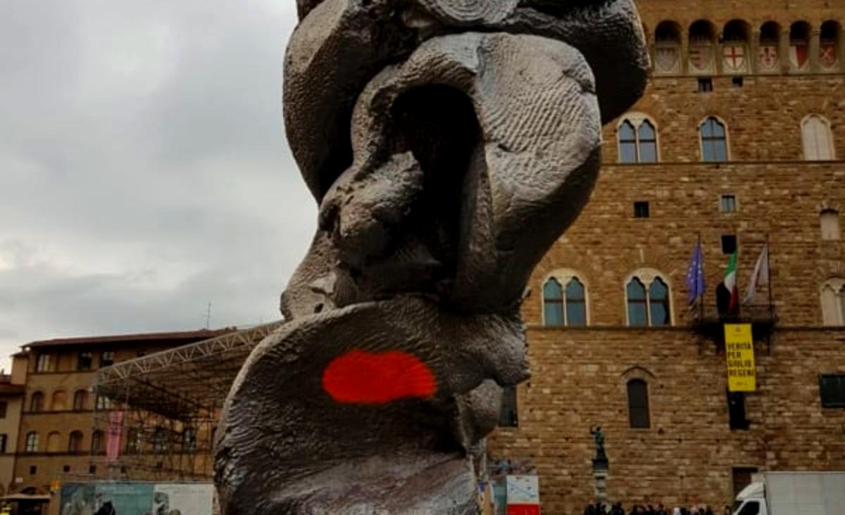 Particolare della scultura di Urs Fischer vandalizzata a Firenze