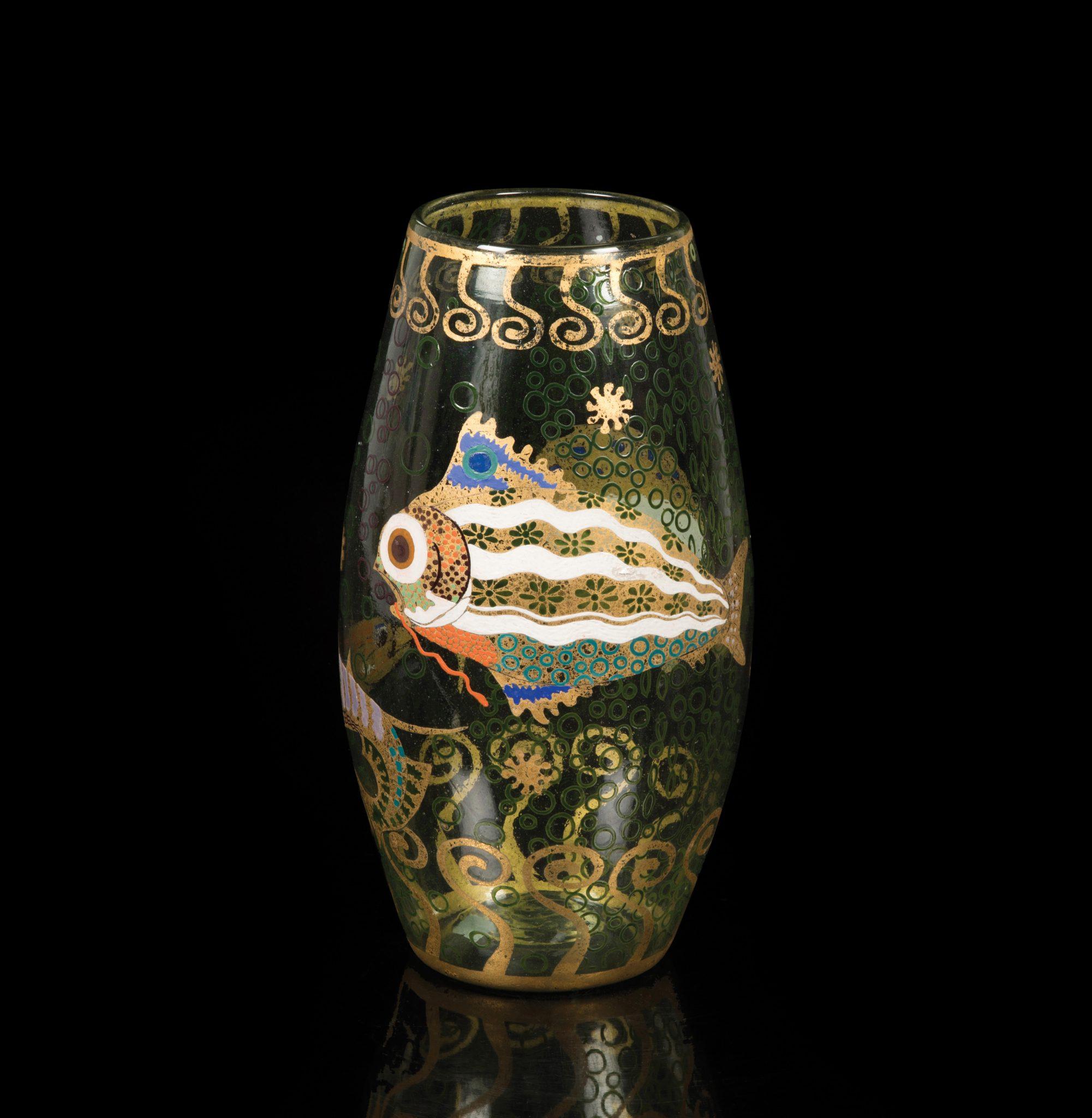 212 - 172989 Vittorio Zecchin (1878-1947) Murano, 1920 ca Eccezionale vaso in vetro soffiato verdino con decoro di pesci fantastici a smalti policromi e decori di stelle e spirali in foglia oro. Altezza cm 32,5 Stima € 30.000 - 40.000