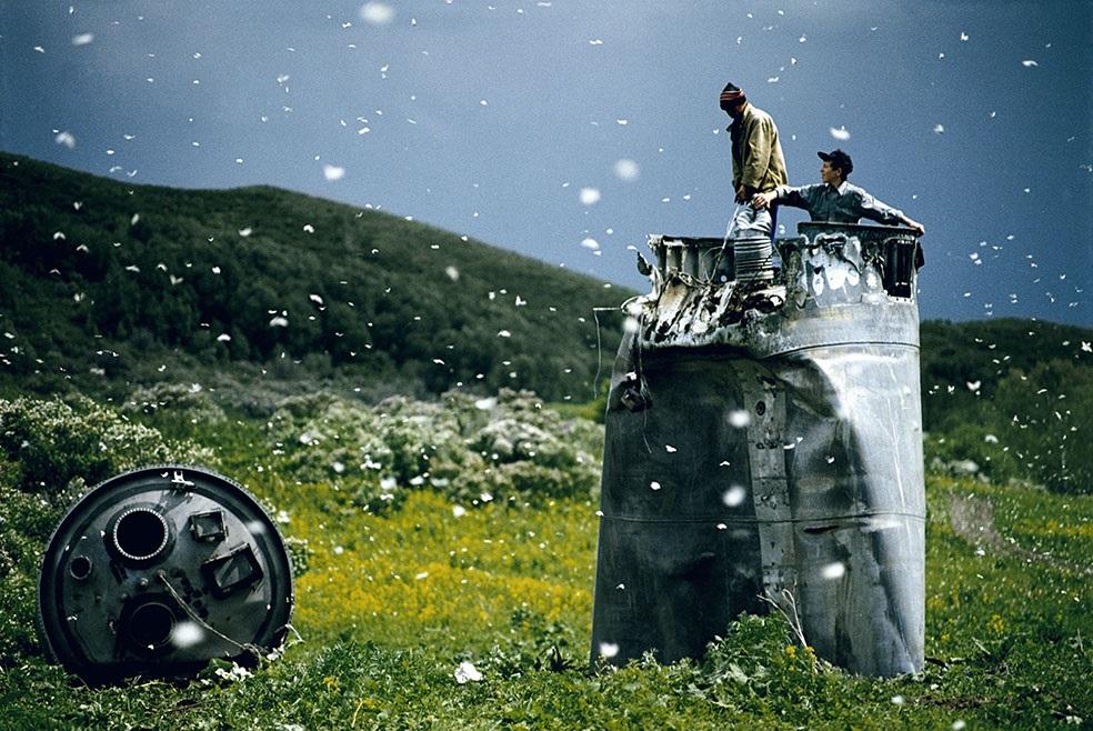 Magnum Manifesto - Jonas Bendiksen: Abitanti di un paese nel Territorio dell'Altaj raccolgono i rottami di una navicella spaziale precipitata, circondati da migliaia di farfalle. Russia, 2000. © Jonas Bendiksen/Magnum Photos/Contrasto