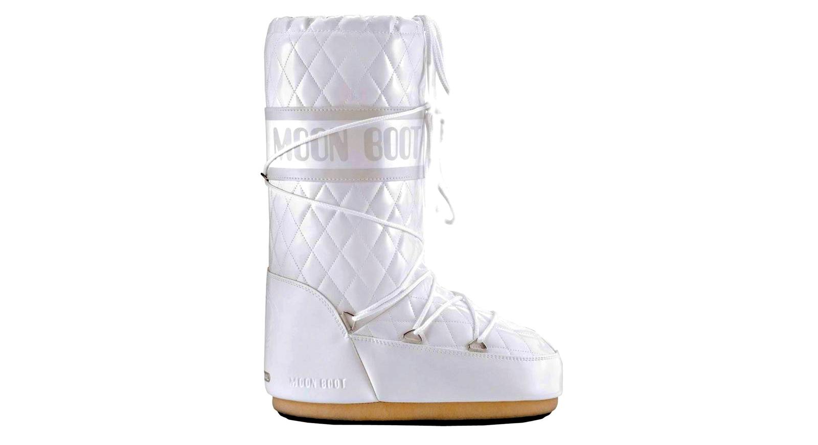 Lo scarpone Moon Boot Total White, esposto al MoMA