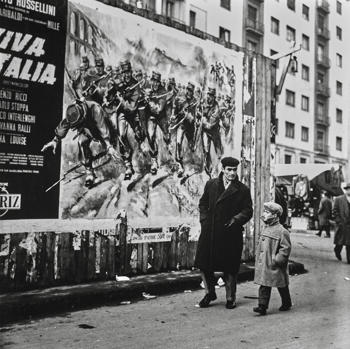 Fotografia in bianco e nero di Nino de Pietro rappresentante un papà con un bambino che passeggia a Milano