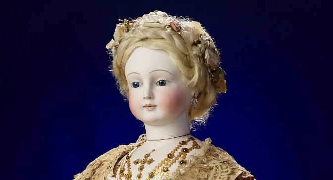 Un particolare della bambola francese in porcellana opera di Antoine Edmund Rochard