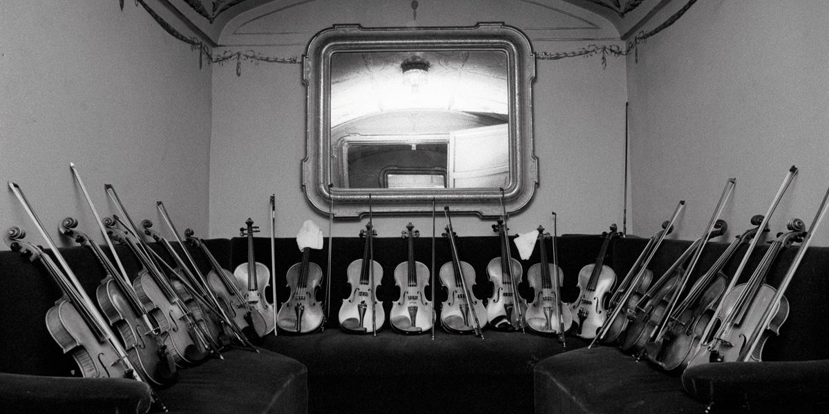 2.-Lelli-e-Masotti-Suoni-Spazi-Silenzi-Teatro-alla-Scala-Il-concertino-dei-violini-1980-Courtesy-29-ARTS-IN-PROGRESS-gallery