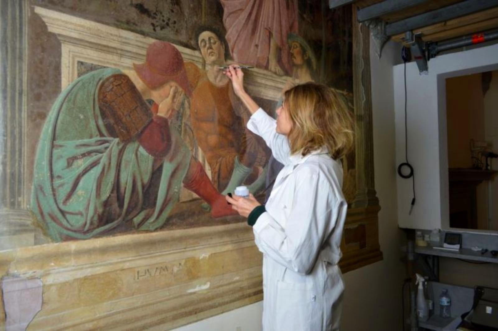 La restauratrice Paola Ilaria Mariotti, dell'Opificio delle Pietre Dure, al lavoro sulla Resurrezione