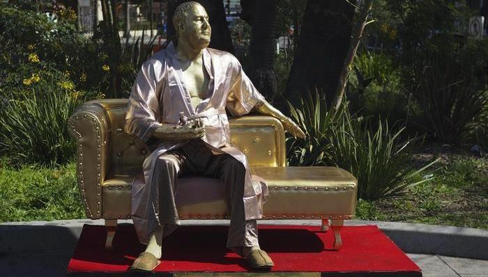 La scultura che ironizza su Harvey Weinstein, dell'artista Plastic Jesus