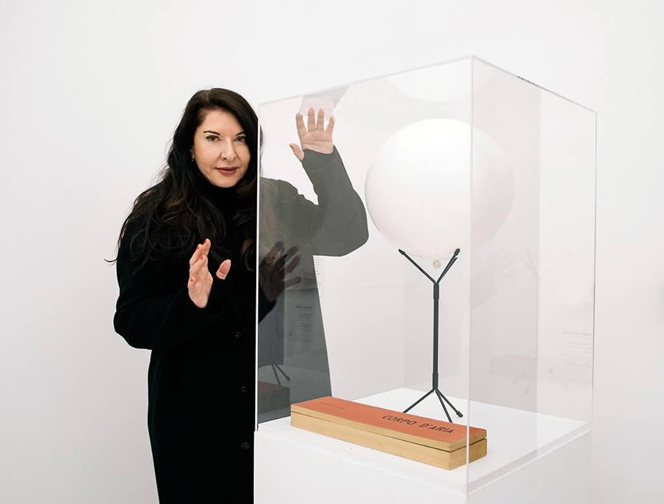 Marina Abramović posa con un'opera di Piero Manzoni