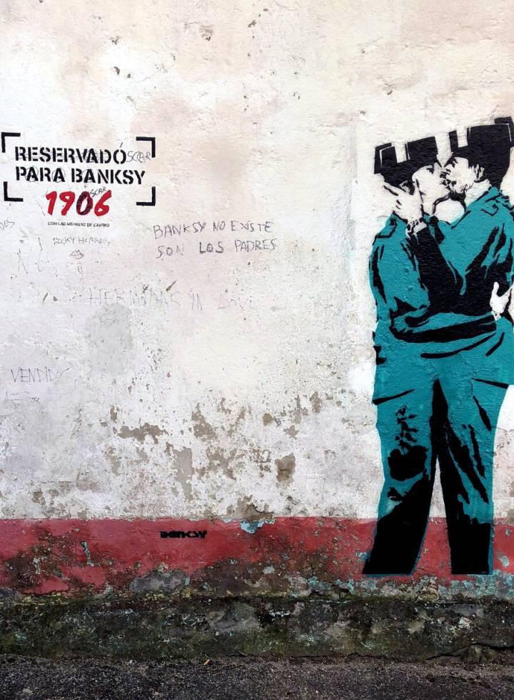 Presunto murale di Banksy a Ferrol raffigurante due guardie civili che si baciano