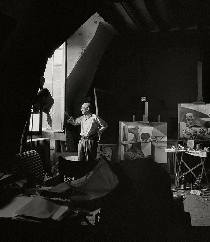 Herbert List. Pablo Picasso nel suo studio. Francia, Parigi, 7 Rue des Grands Augustins, 1948. © Herbert List/Magnum Photos