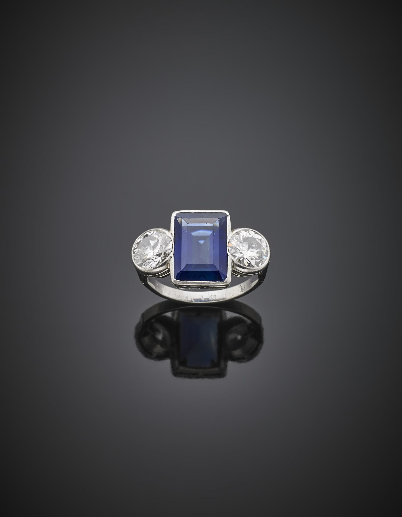 Lotto 1182 Anello in platino con due diamanti rotondi taglio a brillante vecchio europeo ai lati di uno zaffiro Kashmir di ct. 8,10 circa, diamanti per complessivi ct. 3,08 circa, g 7,90 misura 11/51. Valutazione € 80.000,00-120.000,00