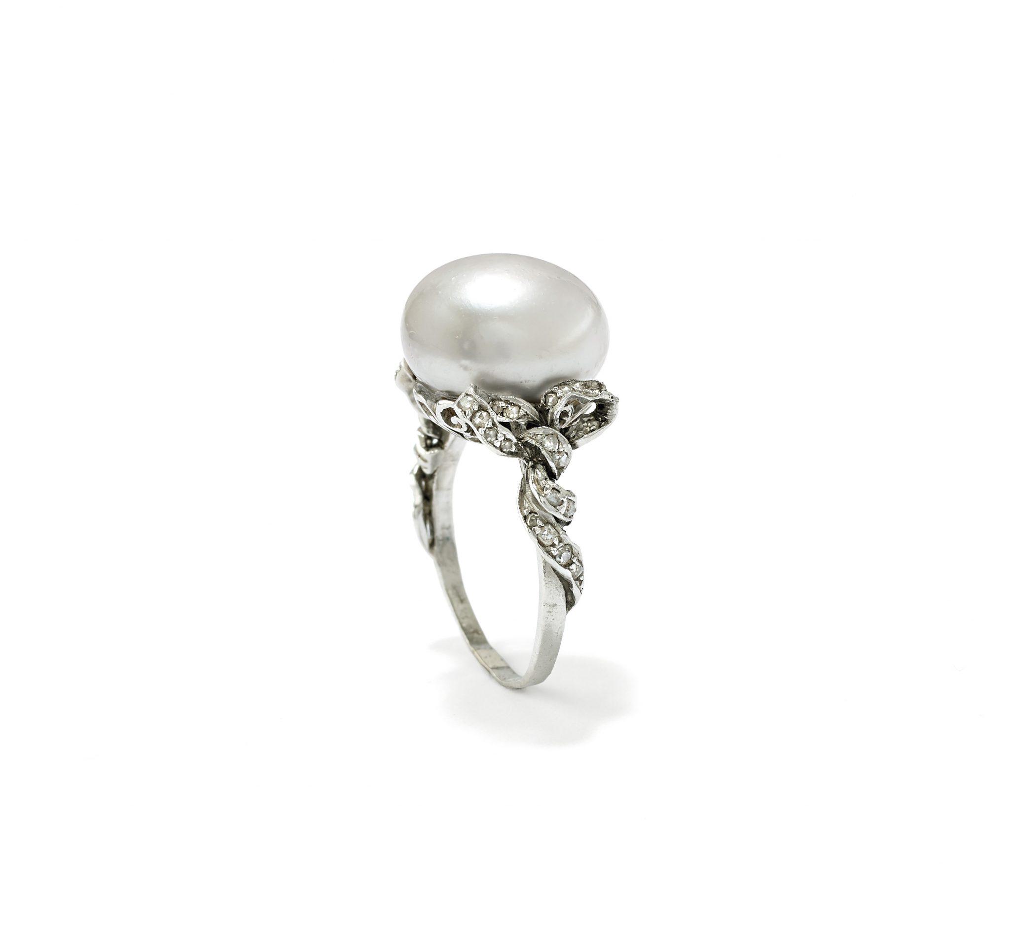 Anello con perla naturale e rose di diamante, seconda metà XX secolo Stima € 15.000 – 20.000